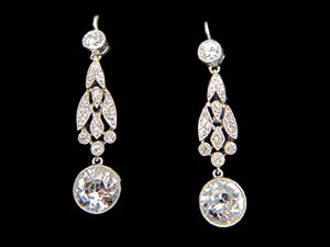 1 Art Deco, Platinum & Diamond drop earrings. Circa 1920